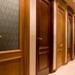 Какими характеристиками отличаются межкомнатные двери из дерева