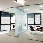 Стеклянные перегородки – отличное решение для жилых и офисных помещений