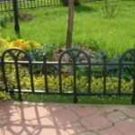 Нужно ли защищать клумбы и газоны ограждающими конструкциями из металла?