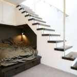 Как красиво устроить пространство под лестницей
