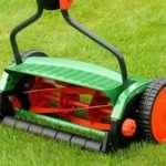 Механические газонокосилки для работы во дворе