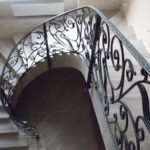Кованые перила — особенное украшение в доме