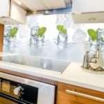 Стеклянные фартуки для кухни: чем они отличаются от аналогов?