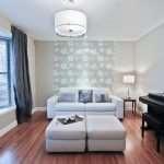 Как правильно сочетать два вида обоев в гостиной?