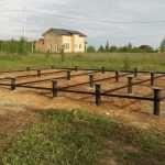Строительство дачного домика: установка винтовых свай и утепление