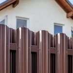 Защищенность и ресурс заборов из металлического штакетника
